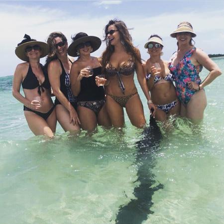 София Вергара с подругами