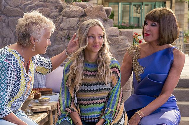 """Джули Уолтерс, Аманда Сейфрид и Кристин Барански. Кадр из фильма """"Mamma Mia 2"""""""