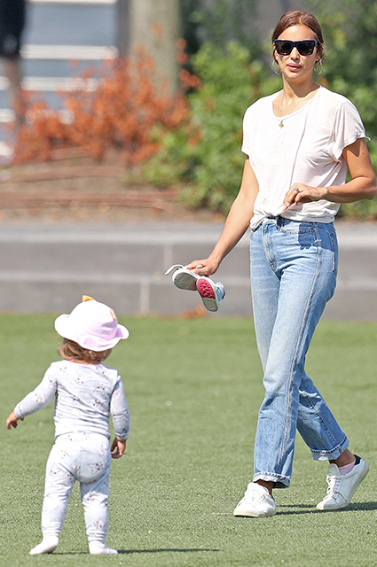 Два casual-образа за один день: Ирина Шейк на прогулке с дочкой Леей