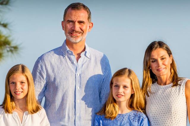 Испанская королевская семья на Майорке: отпускная фотосессия монархов