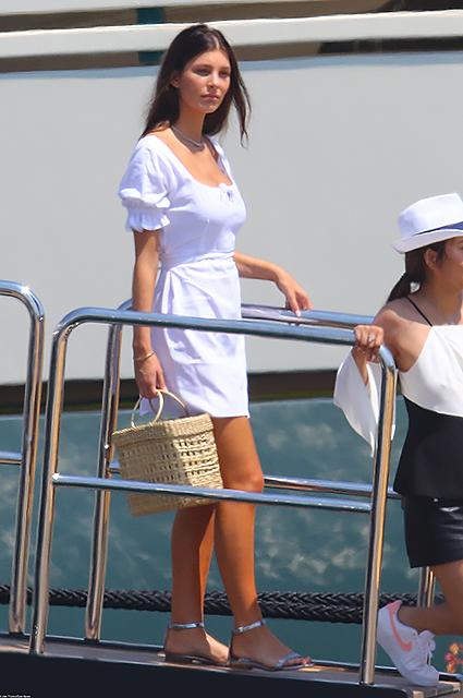 Леонардо ДиКаприо отдыхает в Антибе с юной возлюбленной Камилой и ее мамой