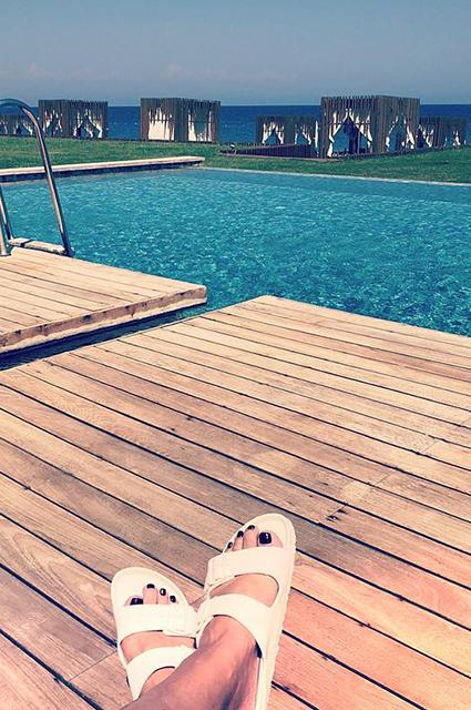 Лето на «Сплетнике»: Алессандра Амбросио, Юлия Пересильд, Рената Литвинова и другие звезды наслаждаются пляжным отдыхом в бикини
