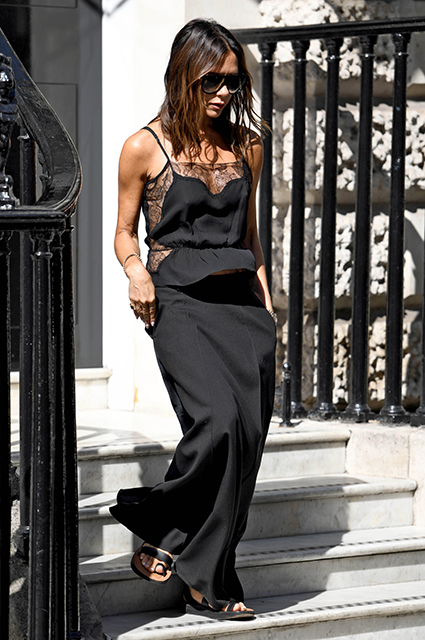 Виктория Бекхэм выбирает образ total black даже в жару