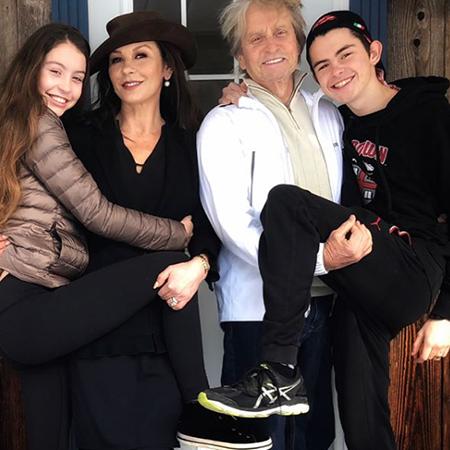 Кэтрин Зета-Джонс и Майкл Дуглас с детьми