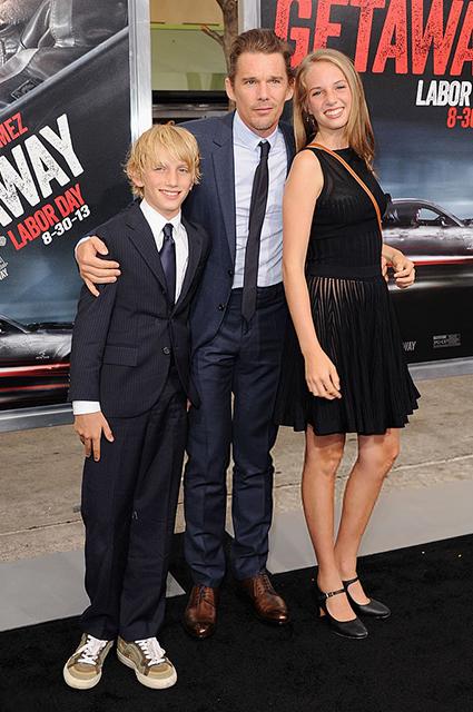 Итан Хоук с сыном Левоном и дочерью Майей