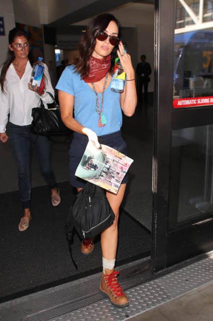 По-походному: Меган Фокс в образе заядлой путешественницы засняли в аэропорту Лос-Анджелеса
