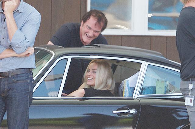 Марго Робби и Квентин Тарантино повеселились на съемочной площадке нового фильма «Однажды в Голливуде»