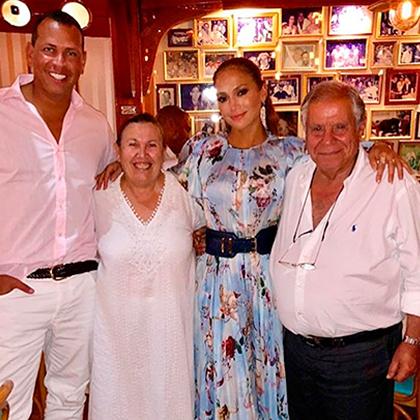 Дженнифер Лопес и Алекс Родригес с владельцами ресторана на Капри
