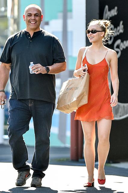 Уличный стиль знаменитости: счастливая Лили-Роуз Депп в оранжевом мини-платье гуляет по Лос-Анджелесу