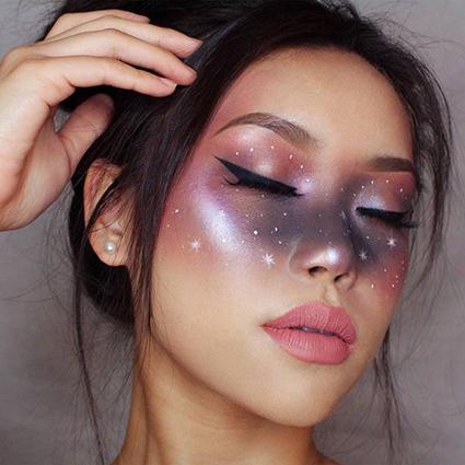Бьюти-дайджест: от космического макияжа до дебютной коллекции кистей Clarins