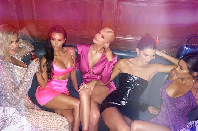 Блондинка в розовом: как Кайли Дженнер отметила совершеннолетие с сестрами, мамой и бойфрендом
