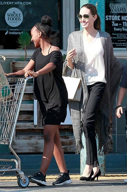 Пока в СМИ говорят о разводе Анджелины Джоли с Брэдом Питтом, актриса наслаждается выходными в компании детей