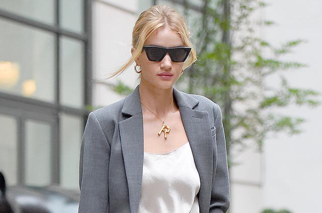 Уличный стиль знаменитости: Рози Хантингтон-Уайтли в белом брючном комплекте в Нью-Йорке