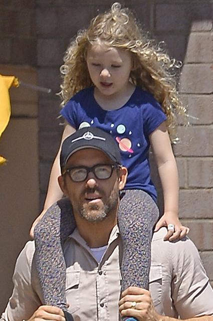 Райан Рейнольдс с дочерью Джеймс