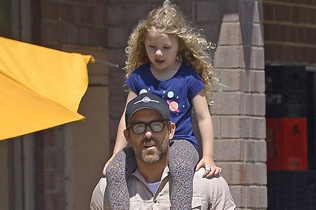 Своя ноша не тянет: Райан Рейнольдс вышел на прогулку с дочерью Джеймс