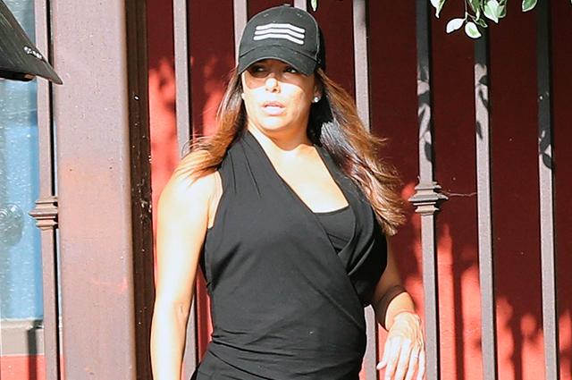 Молодая мама Ева Лонгория вышла на прогулку с сыном в образе total black