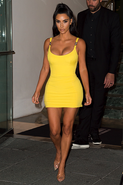 Королева мини и декольте: Ким Кардашьян покоряет Майами ярким желтым платьем