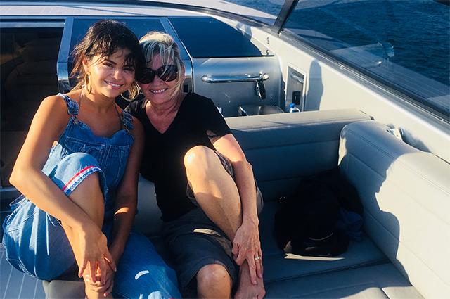 Селена Гомес в бикини расслабилась на морской прогулке с друзьями
