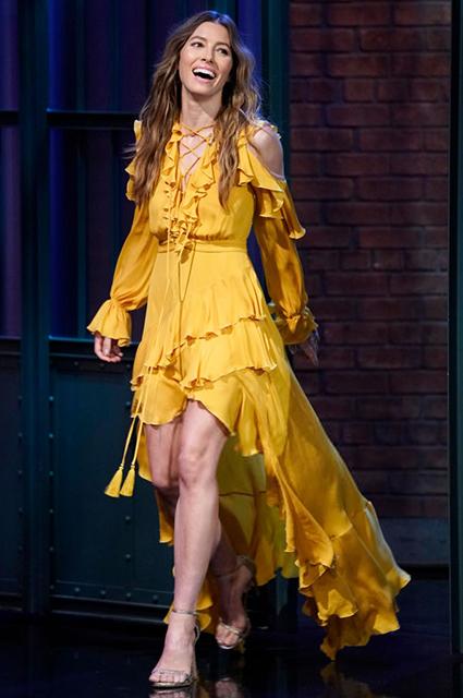 Жар-птица в стиле хиппи: Джессика Бил пришла на телешоу в самом трендовом платье сезона
