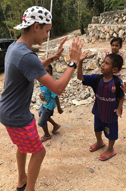 Лето, прощай: Дэвид и Виктория Бекхэм проводят последние недели августа на Бали с детьми