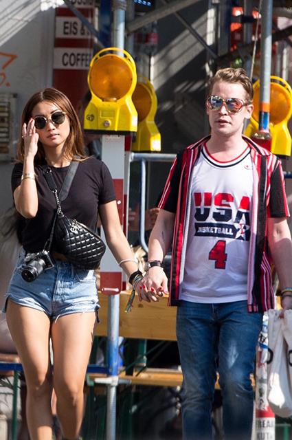 Маколей Калкин отдыхает со своей девушкой Брендой Сонг в Берлине: фото