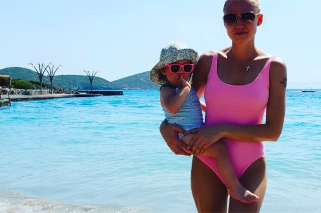 Оксана Акиньшина после объявления о разводе уехала отдыхать вместе с детьми