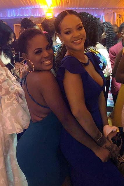 Рианна в облегающем платье повеселилась на свадьбе подруги детства на Барбадосе