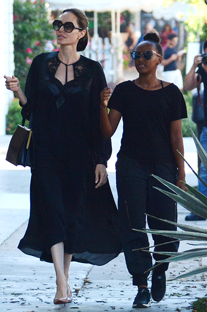 Счастливая Анджелина Джоли на шопинге вместе с дочерьми Шайло и Захарой