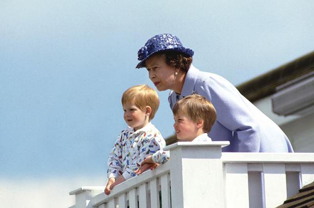 Королева Елизавета II с принцем Уильямом и принцем Гарри