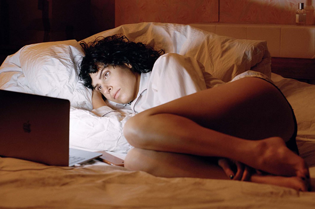 "Дезире Акхаван. Кадр из сериала ""Бисексуалка"""