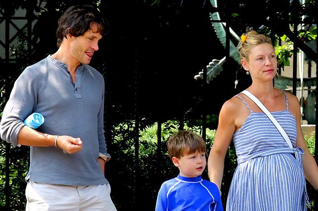 Клэр Дэйнс гуляет по Нью-Йорку с мужем и сыном в преддверии скорых родов