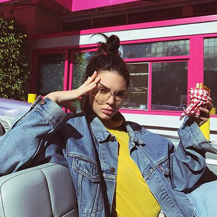 Мода в Instagram: топ-5 самых популярных звездных поз для фото — от «барби» до «жирафа»