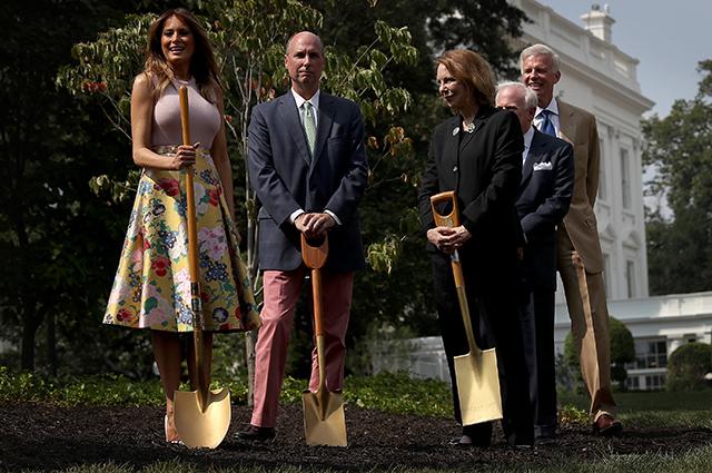 На шпильках и с лопатой: Мелания Трамп посадила дерево около Белого дома