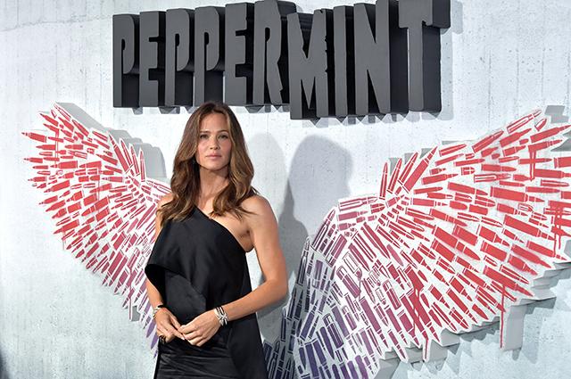 После проблем с экс-мужем сияющая Дженнифер Гарнер появилась на премьере боевика «Багровая мята»