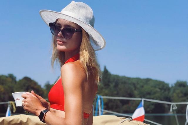 Наталья Водянова отдыхает на яхте во Франции и ест борщ из хохломского сервиза