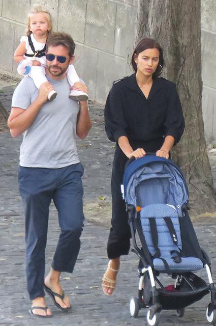 Ирина Шейк и Брэдли Купер с дочкой проводят каникулы в Париже