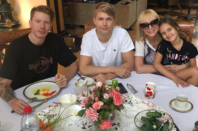 Кристина Орбакайте, Татьяна Навка, Оксана Акиньшина и другие звезды попрощались с летом