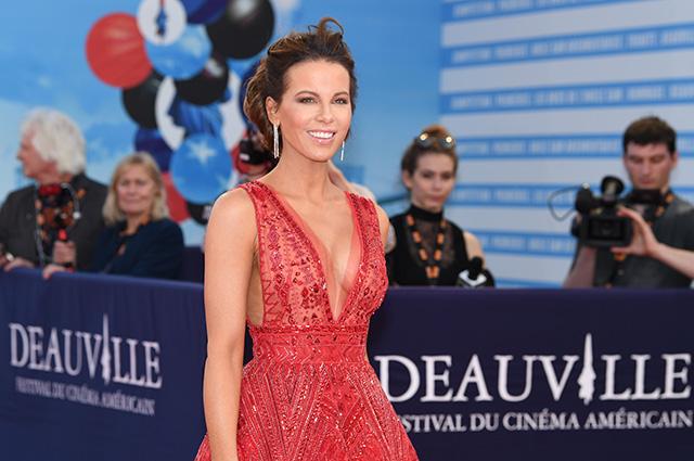 Кейт Бекинсейл в расшитом камнями платье произвела фурор на премьере фильма