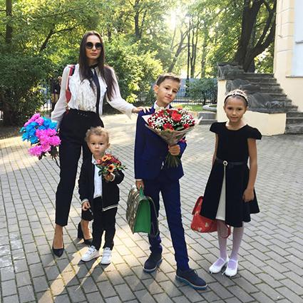 Инна Жиркова с сыновьями Даниилом и Дмитрием и дочерью Миланой