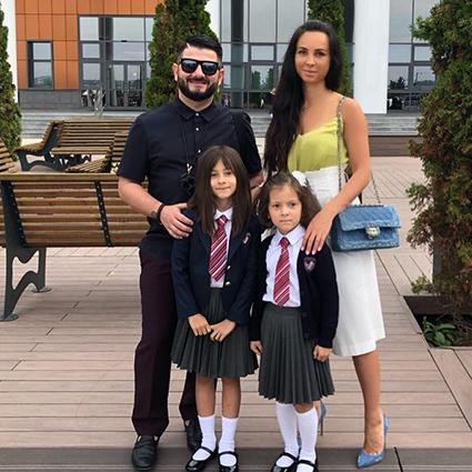 Михаил и Виктория Галустян с дочерьми Эстеллой и Элиной