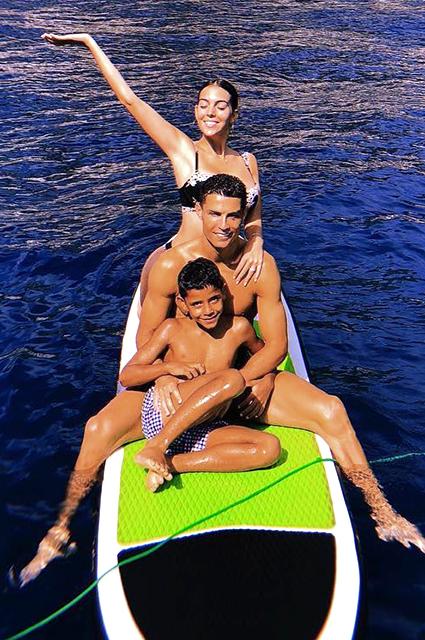 Криштиану Роналду со старшим сыном и девушкой Джоарджиной Родригес