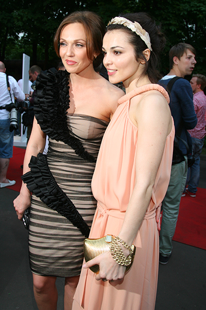 Альбина Джанабаева и Сати Казанова, 2011 год