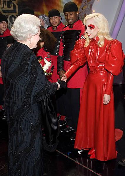 Королева Елизавета II и Леди Гага , 2009 год