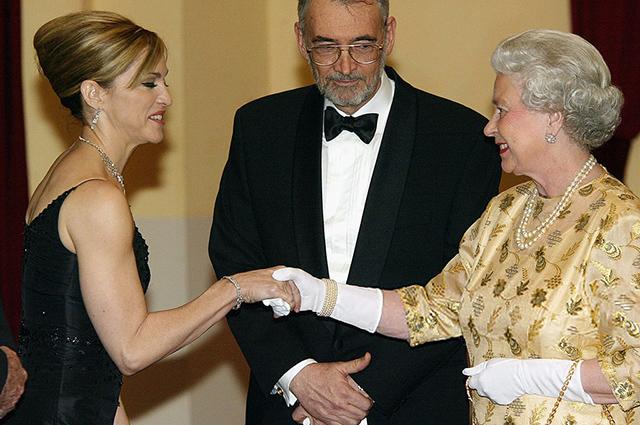 Мадонна и королева Елизавета II, 2002 год