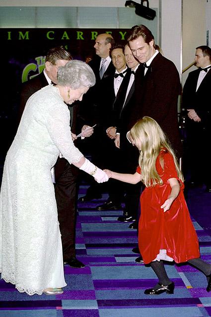 """Королева Елизавета II и команда фильма """"Гринч — похититель Рождества"""", 2000 год"""