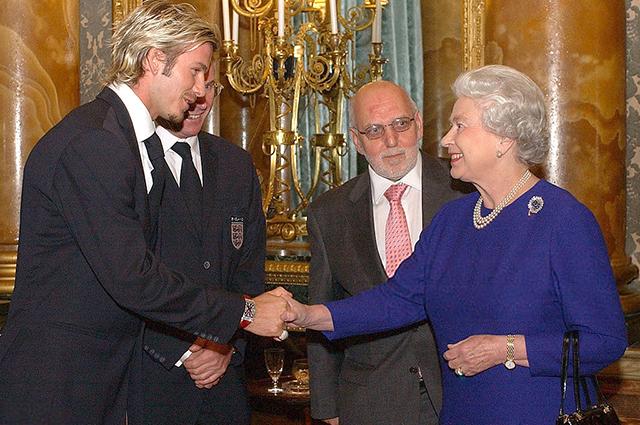 Королева Елизавета II и Дэвид Бекхэм, 2002 год