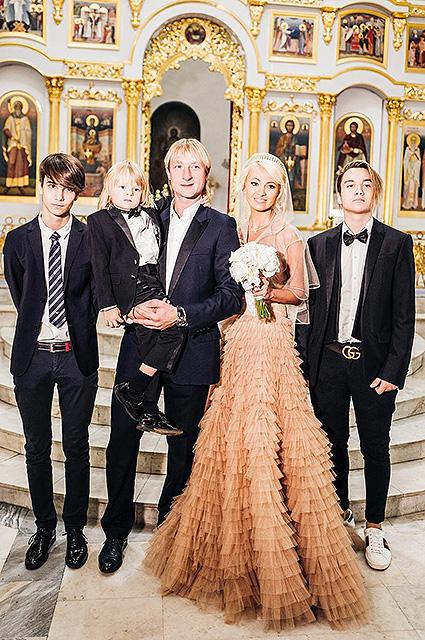 Евгений Плющенко и Яна Рудковская с детьми: Андреем и Николаем Батуриными и Сашей Плющенко