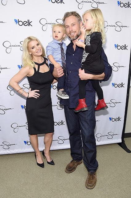 Джессика Симпсон с супругом и детьми