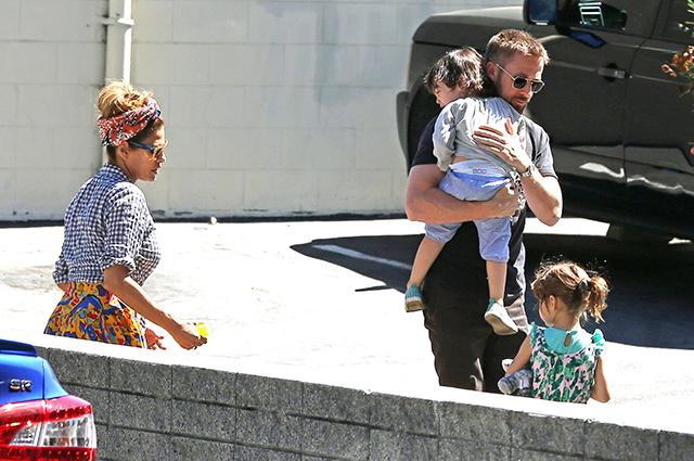 Ева Мендес и Райан Гослинг с дочерьми