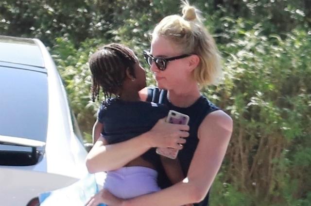 Шарлиз Терон на прогулке с дочерью Августой в Лос-Анджелесе: новые фото актрисы